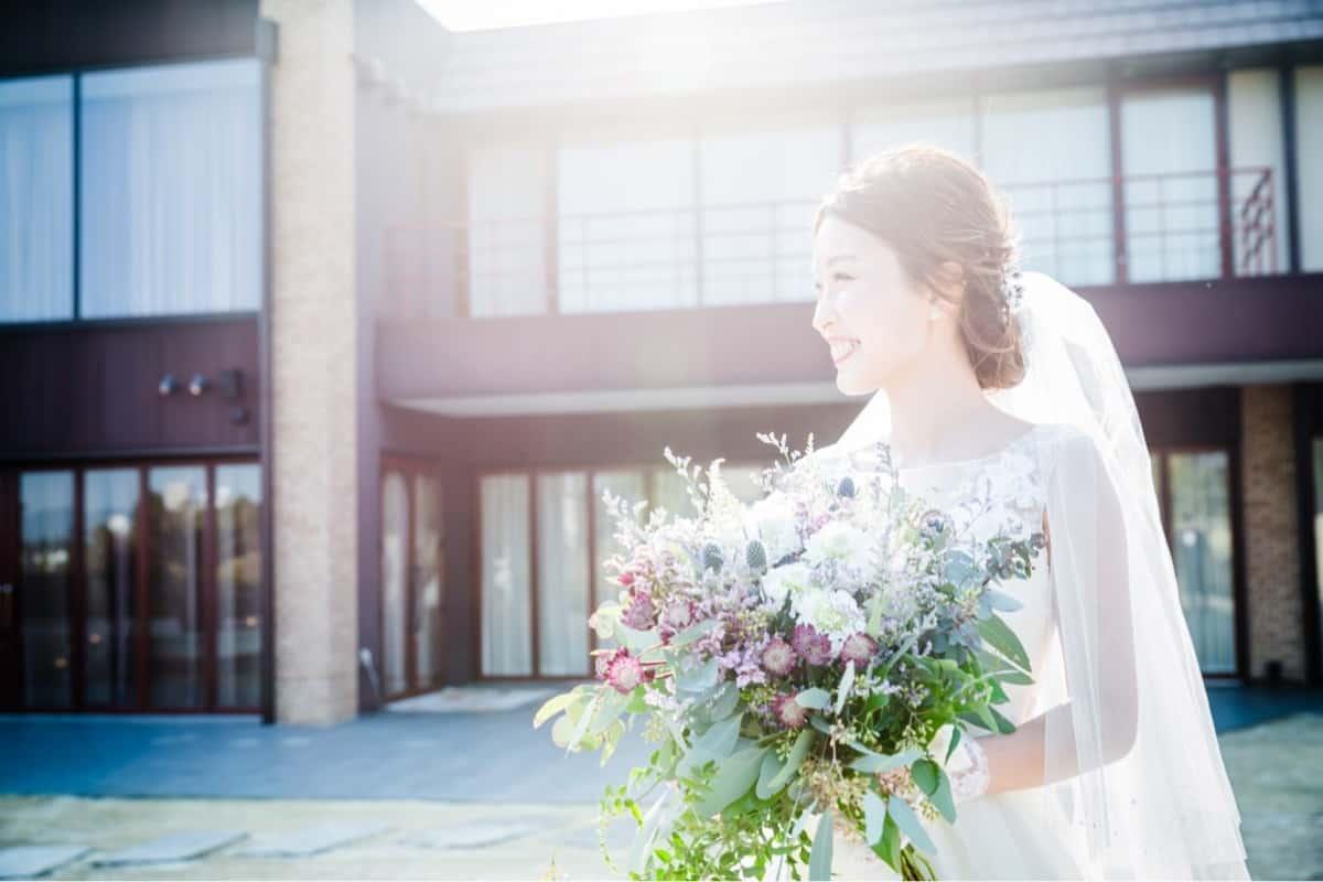 【季節別】純白のドレスをひきたてるウェディングブーケの選び方【四季のブーケ】のカバー写真