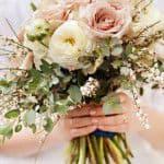 結婚式で今人気の『クラッチブーケ』はどんなイメージも演出できる!!持ち方のコツも紹介♪