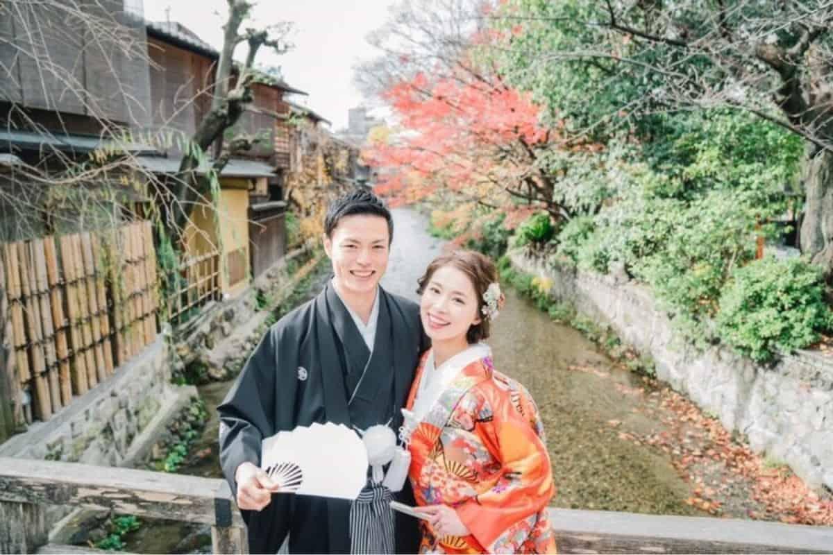 タキシードが似合わない花婿必見!結婚式では紋付袴、特に黒紋付きが断然おすすめな理由のカバー写真