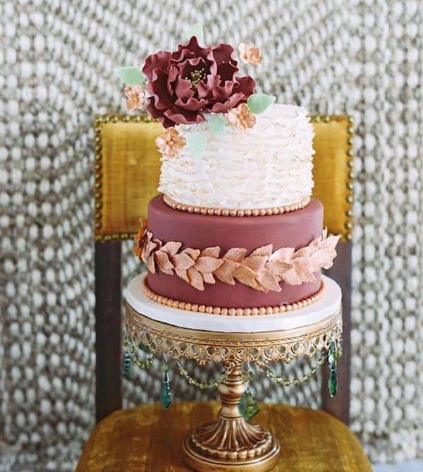 delicioso-pastel-de-bodas-en-marsala-y-verde-menta