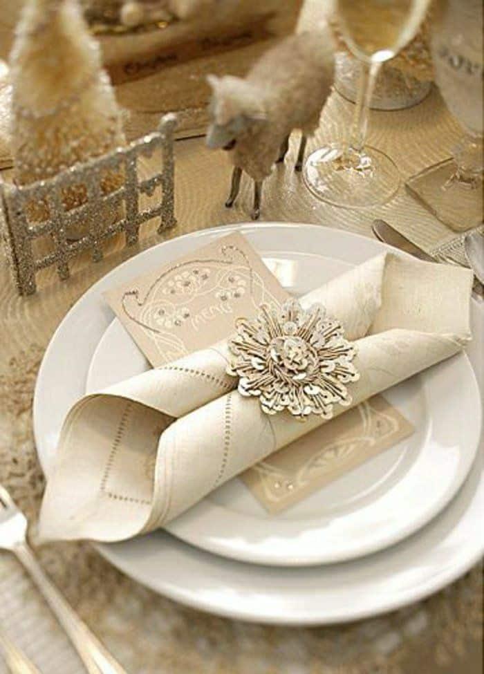 fantastische-Tischdekoration-in-Beige-mit-goldenen-Akzenten
