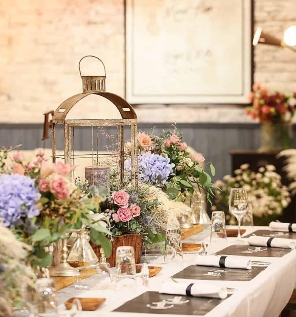 結婚式のテーブルコーディネート 装花アイデア お花にプラスしたい