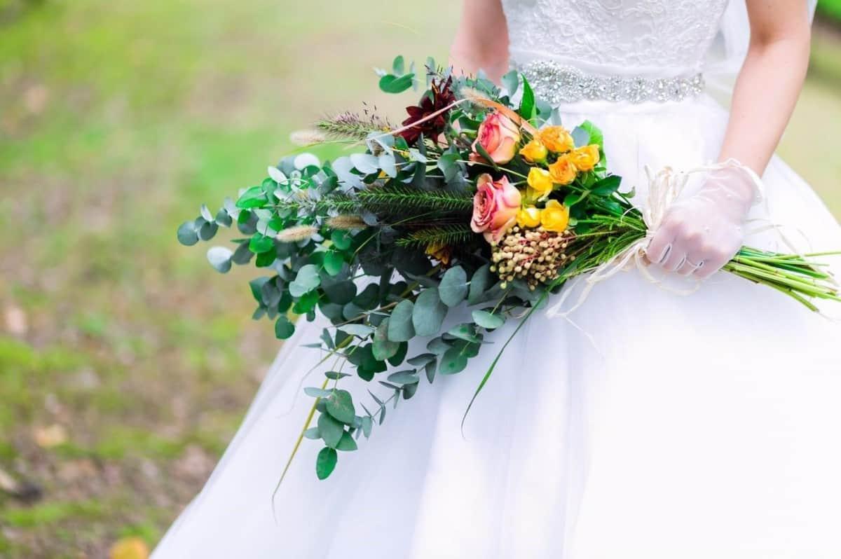 結婚式で今人気の『クラッチブーケ』はどんなイメージも演出できる!!持ち方のコツも紹介♪のカバー写真