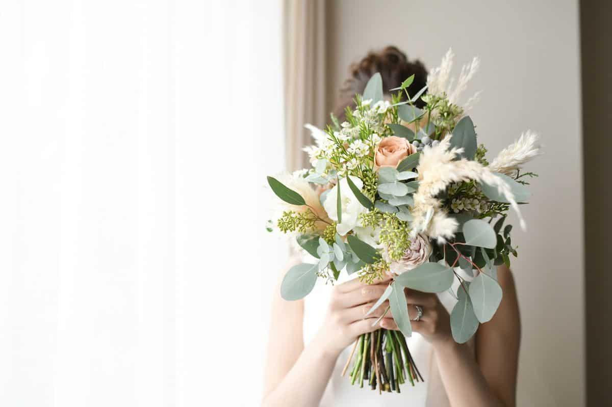 結婚式で今人気の『クラッチブーケ』はどんなイメージも演出できる!!持ち方のコツも紹介♪のカバー写真 0.6658333333333334