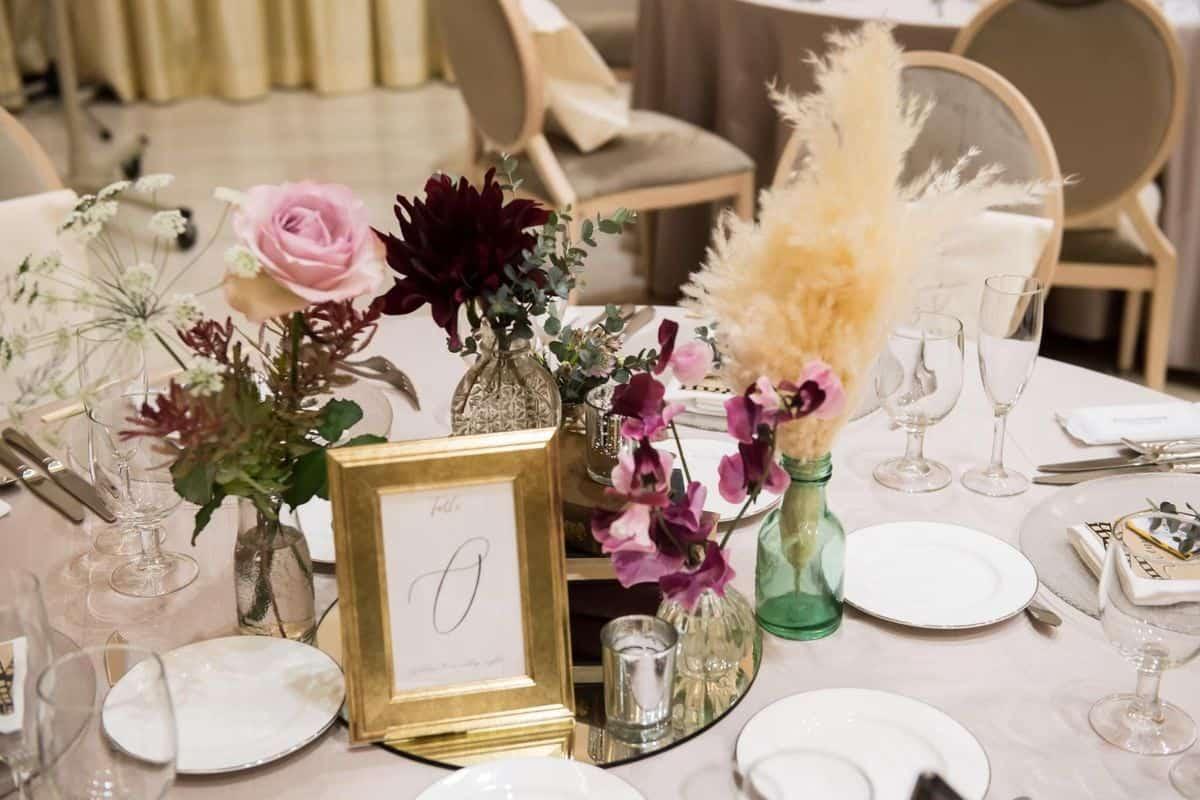 結婚式のテーブルコーディネート・装花アイデア♡お花にプラスしたい可愛いすぎるアイテムをご紹介♩のカバー写真 0.6666666666666666
