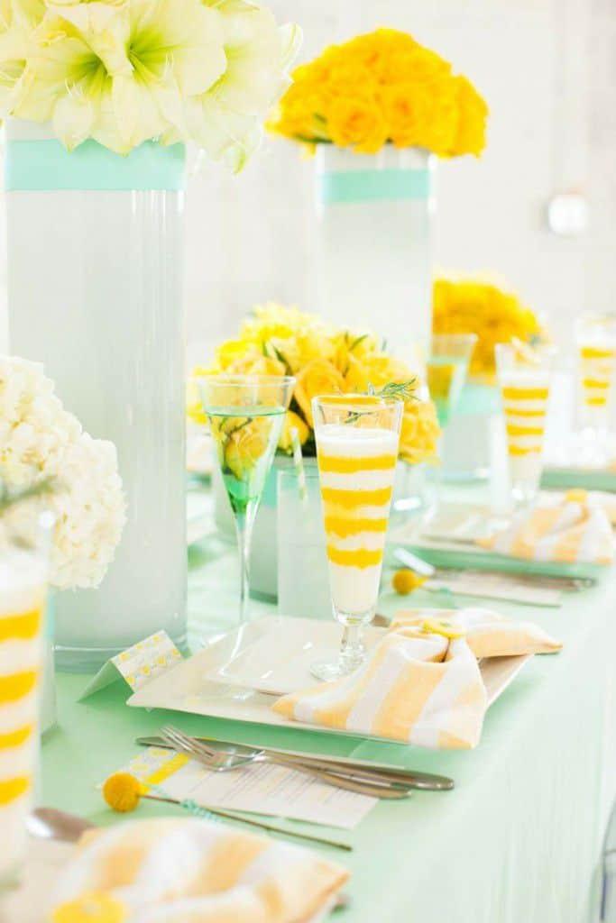 tischdeko-fuer-hochzeit-gelb-streifen-blumen-geschirr
