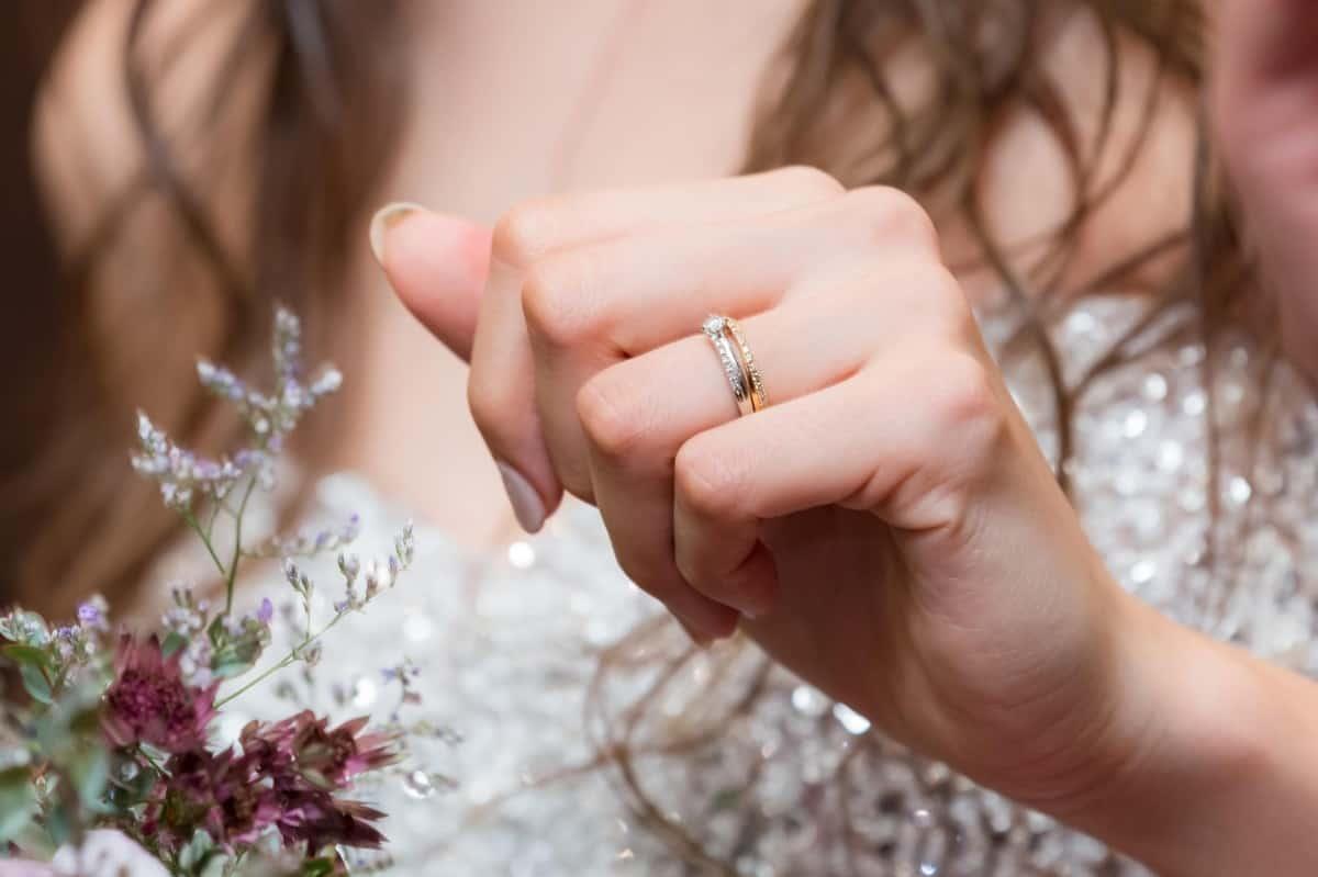 重ね付けがおすすめのエタニティリング!婚約指輪・結婚指輪に人気なブランドのデザイン一覧のカバー写真 0.6658333333333334