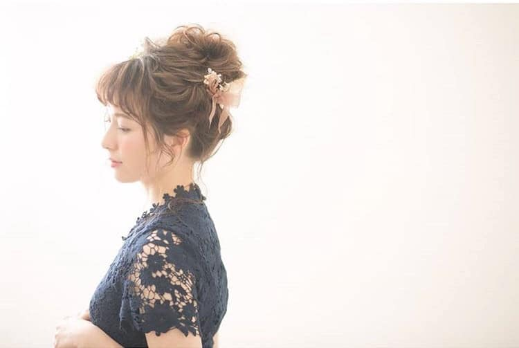 結婚式の髪型【ミディアムヘア】おすすめヘアアレンジを紹介♪のカバー写真 0.6706666666666666