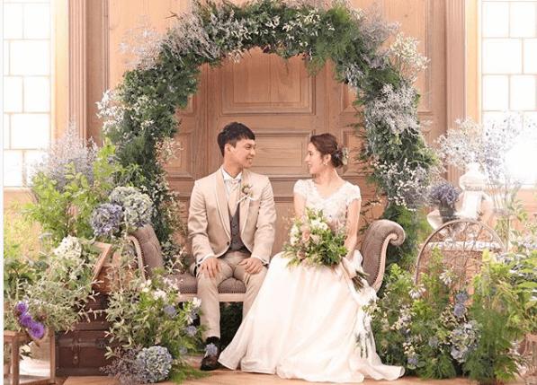 結婚式の高砂をおしゃれに♡お花・背景・トレンドを大公開!のカバー写真