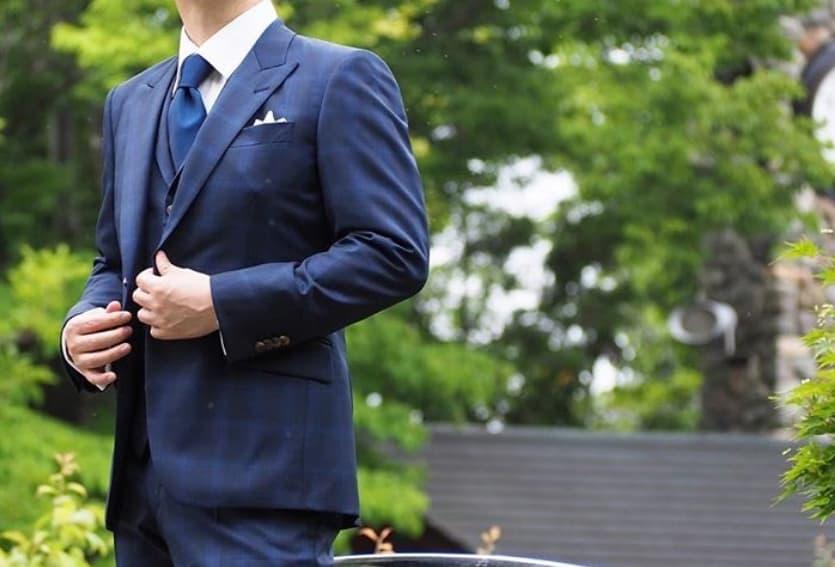 【男性編】結婚式のお呼ばれスーツはどう選ぶ?メンズ服装マナー&外さない着こなしをチェックのカバー写真