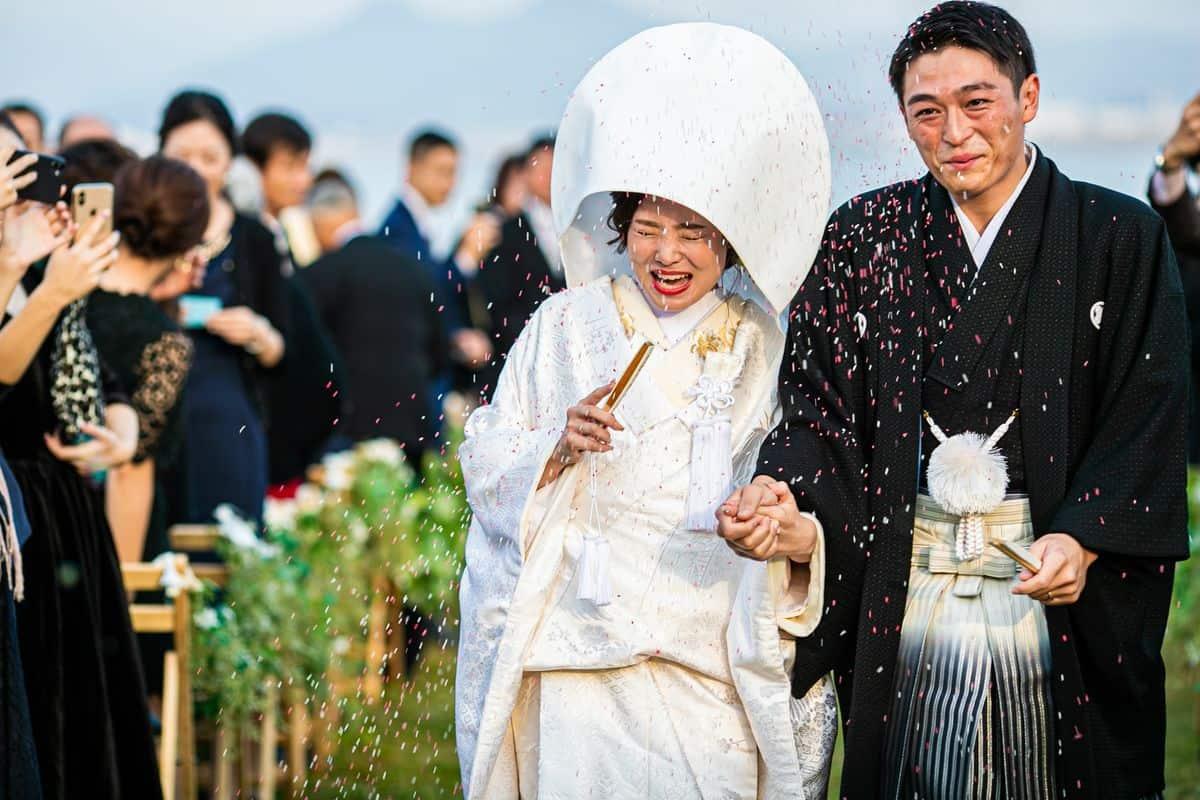 【ライスシャワーとは?】結婚式でまく理由と素敵なアイデア特集のカバー写真 0.6666666666666666
