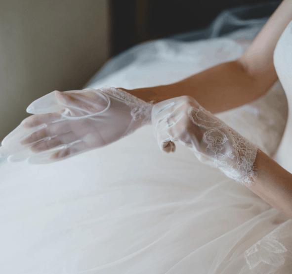 おしゃれ花嫁注目♡今人気の《ショートグローブ》のコーディネートのカバー写真