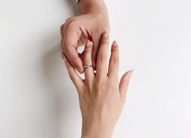 プロポーズ成功の鍵!指輪以外でもらって嬉しいプレゼント15選♡のカバー写真