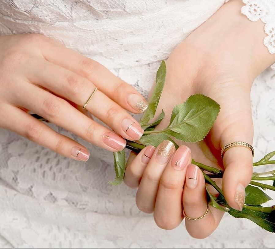 簡単・可愛い・すぐ取れる!花嫁におすすめのネイルシールをご紹介♡のカバー写真 0.9053452115812918