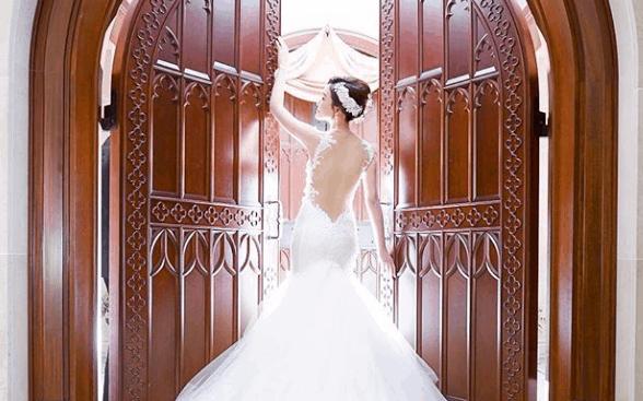 バックスタイルが美しい!大胆肌背中見せドレスが人気♡のカバー写真