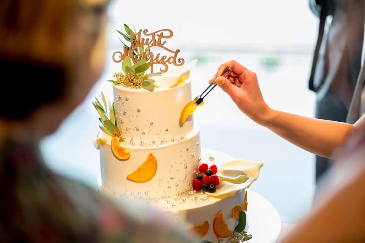 あっと驚く♡参考にしたいウェディングケーキの演出10選のカバー写真