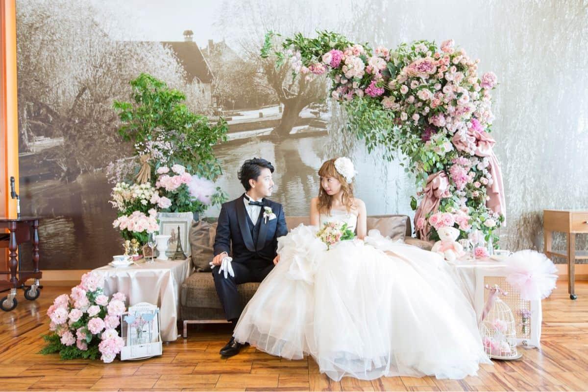 おしゃれな花嫁さんは迷わず選ぶ♡高砂ソファのアイデア10選のカバー写真 0.6675