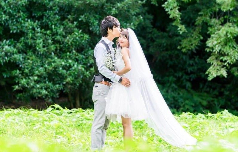 ミニ・ミモレ丈のウェディングドレスに♡おすすめの髪型20選のカバー写真 0.6365914786967418