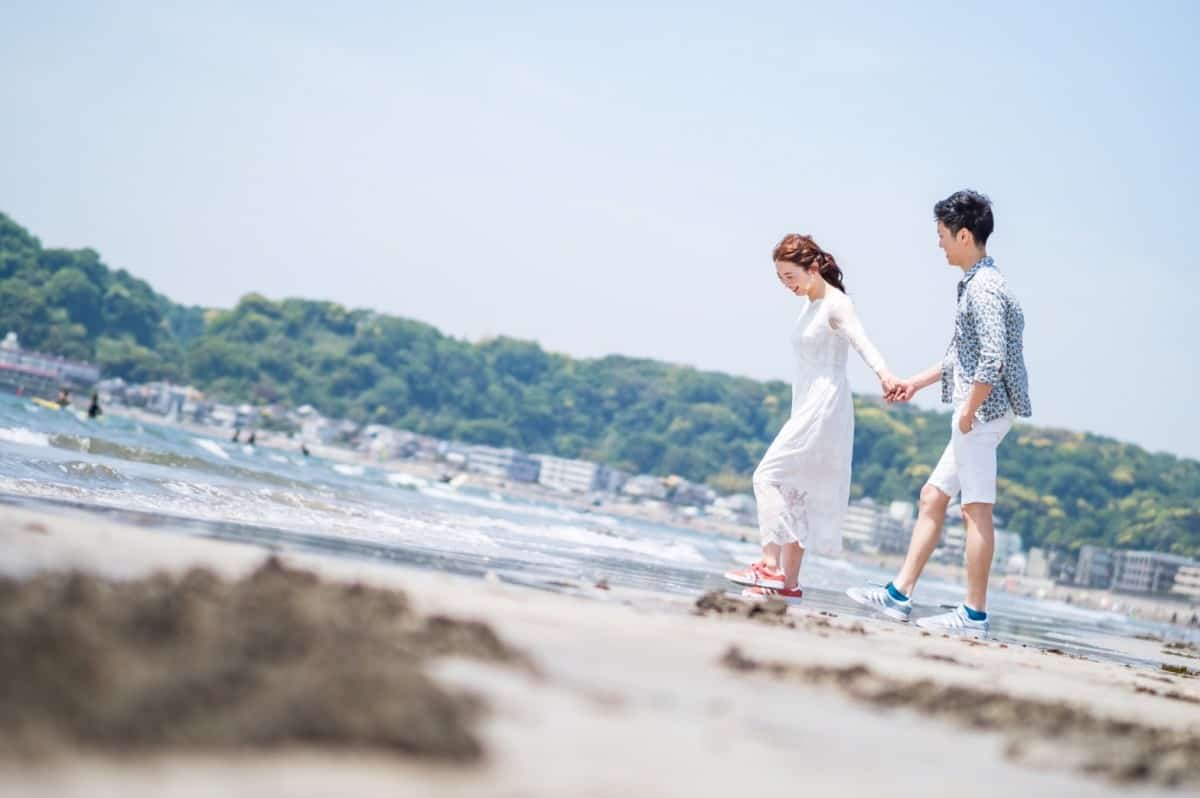 撮影するなら春夏がおすすめ♡海で撮りたい前撮りアイディア15選のカバー写真