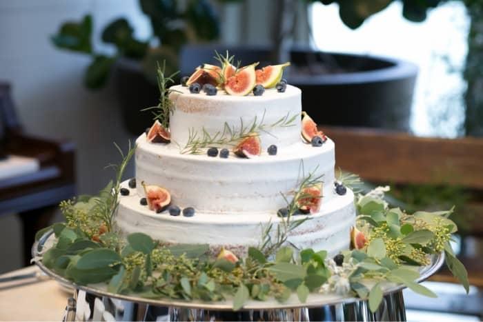 見た目も美味しそう♡イチジクを使ったウェディングケーキ10選のカバー写真