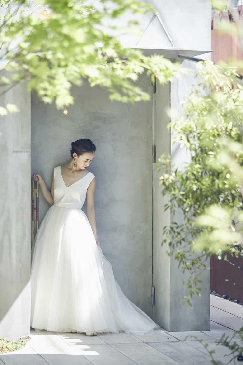 IWAI 入り口でドレスを着てたたずむ女性のイメージ写真
