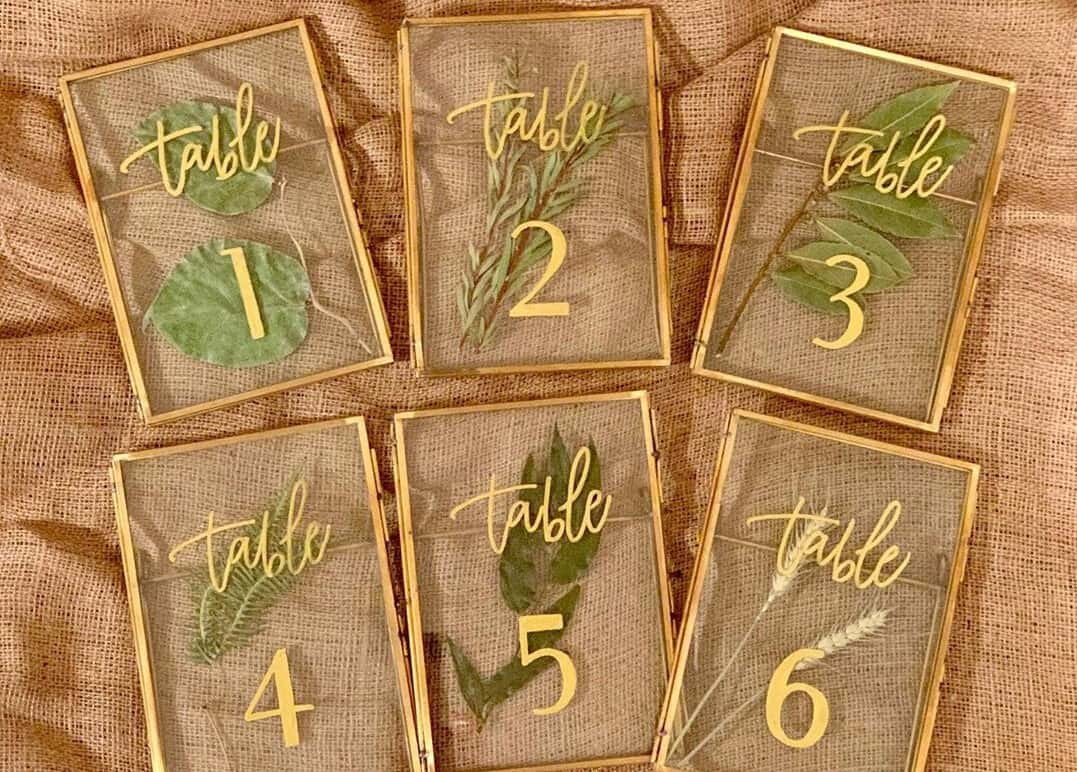 スケルトンがかわいい♡アクリルを使った《テーブルナンバー》15選のカバー写真