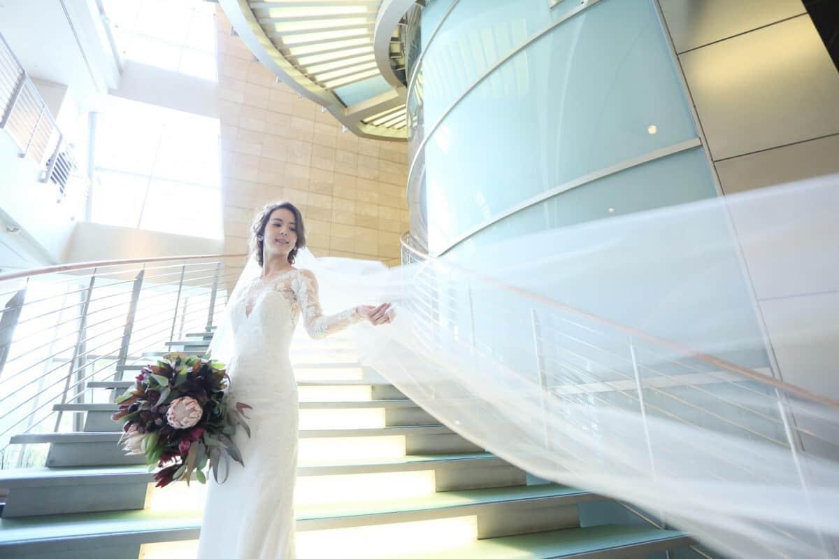 エレガントな美しさ♡ホテル婚ならではのおすすめ階段ショット16選のカバー写真 0.6658333333333334