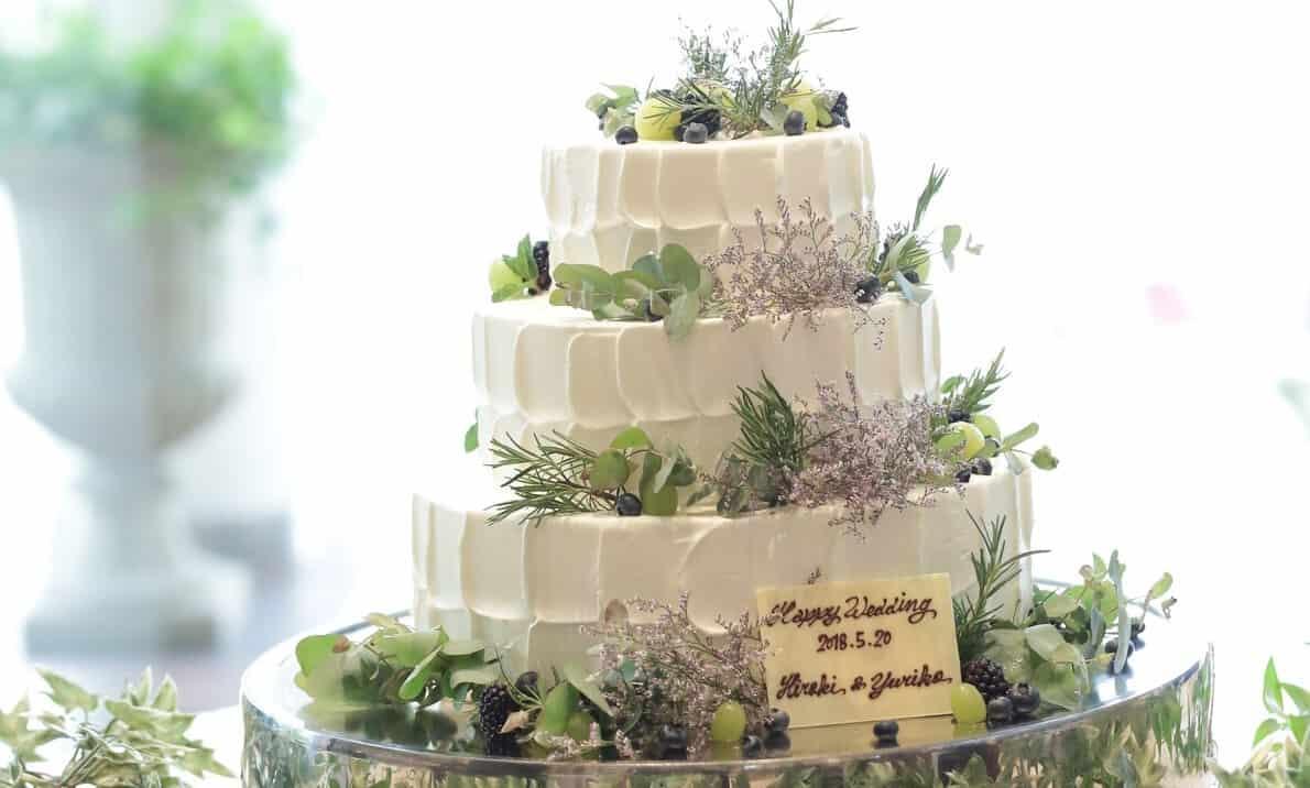 ナチュラル感が素敵♡グリーンや花を使ったウェディングケーキ10選のカバー写真