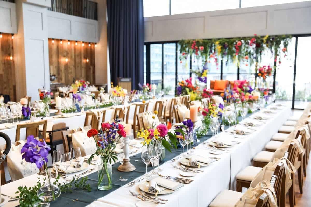 豪華派もナチュラル派も♡人気の流しテーブル装花アイディア12選のカバー写真 0.6658333333333334