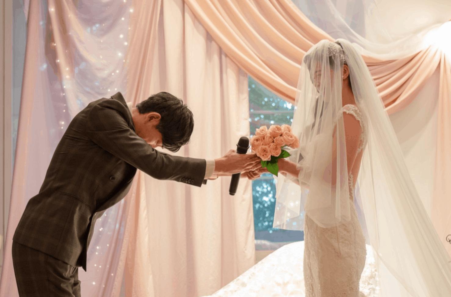 結婚式で使う「ダズンローズ」って?人気演出に込められた、素敵な意味とアイデアのカバー写真