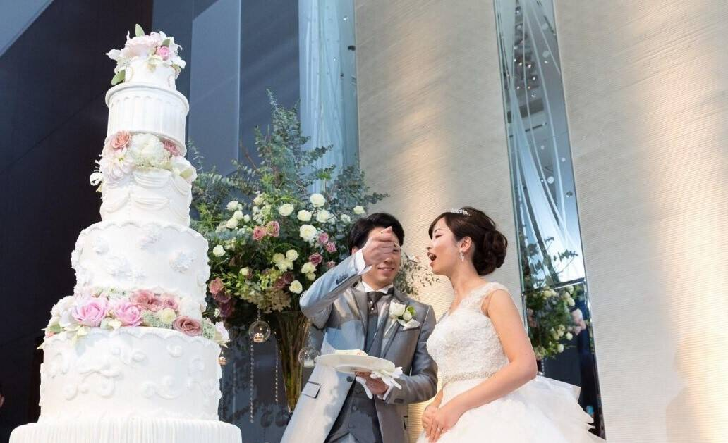 豪華さにときめく♡高さのあるウェディングケーキデザイン11選のカバー写真