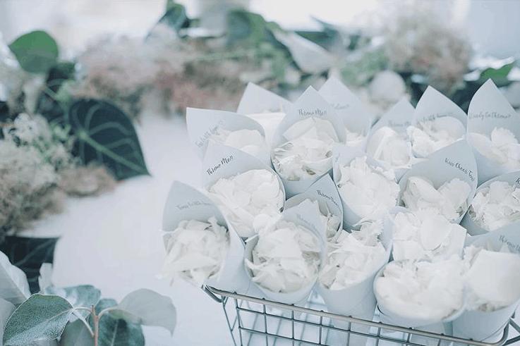 フラワーシャワーのシーンを華やかに*お花の入れ物アイデア10選のカバー写真