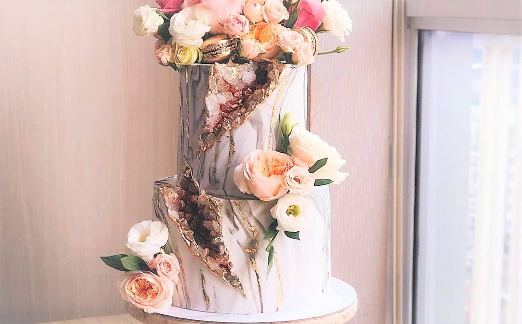 海外で人気!水晶のようなウェディングケーキが流行の予感♡のカバー写真