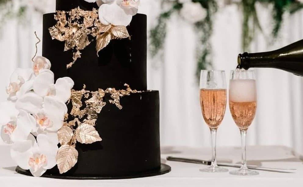 華やかで可愛い♡胡蝶蘭を使ったウェディングケーキデザイン12選のカバー写真
