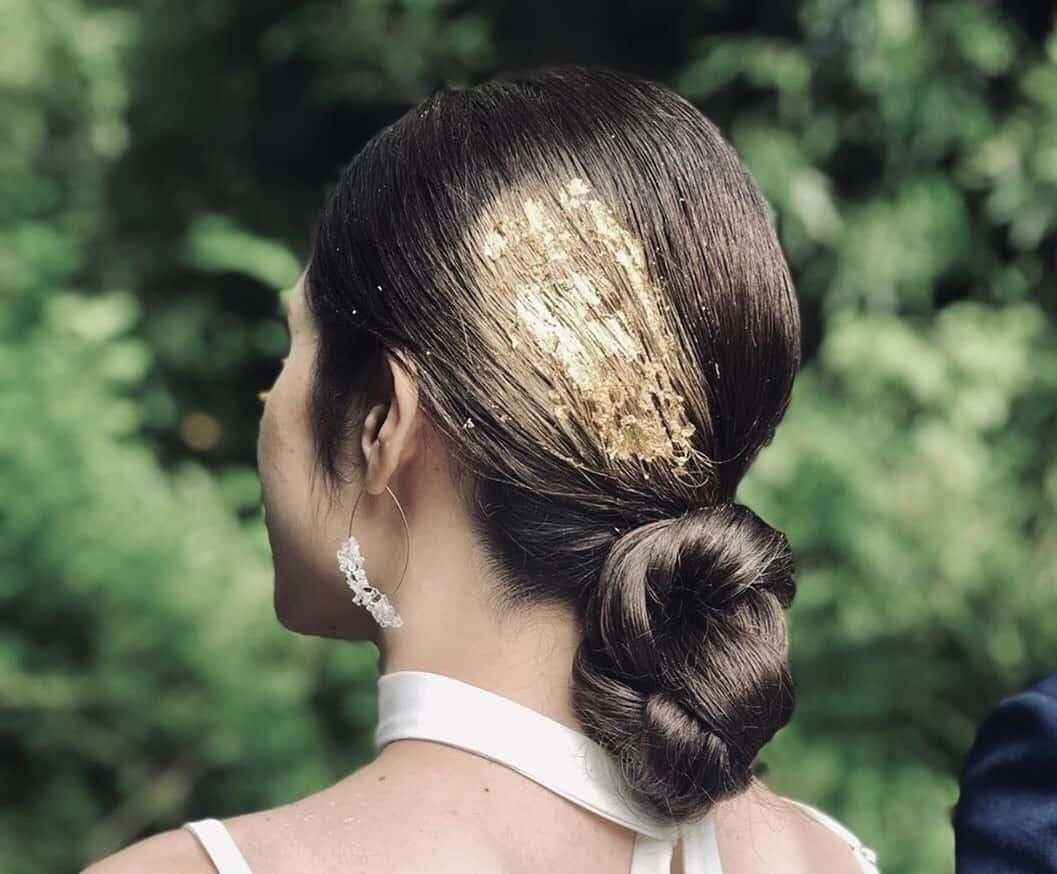 お洒落花嫁さん達の間で流行中♡金箔の輝きが美しいブライダルヘアアレンジ12選のカバー写真