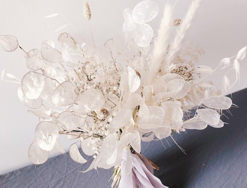 キラキラ輝くお花!?ルナリアを使ったウェディングブーケが可愛すぎる♡のカバー写真