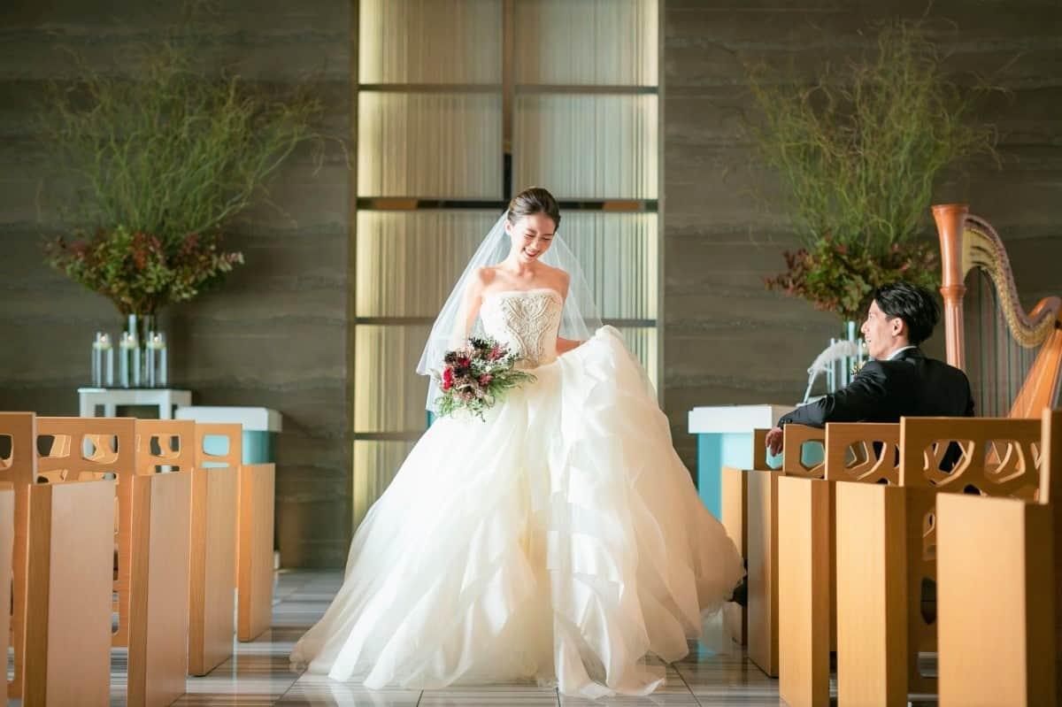 実例に学ぶ♡白から白へのウェディングドレスお色直しの着こなし術!のカバー写真