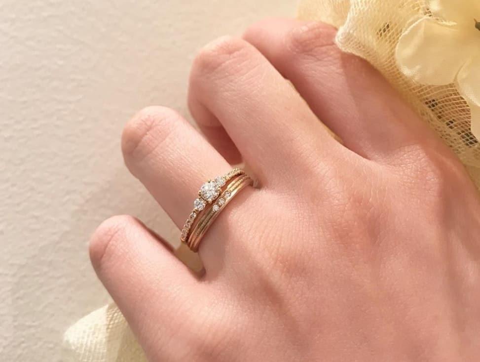結婚指輪をつける指ベストなのは?指ごとの意味や別リングとのバランスが大切!のカバー写真