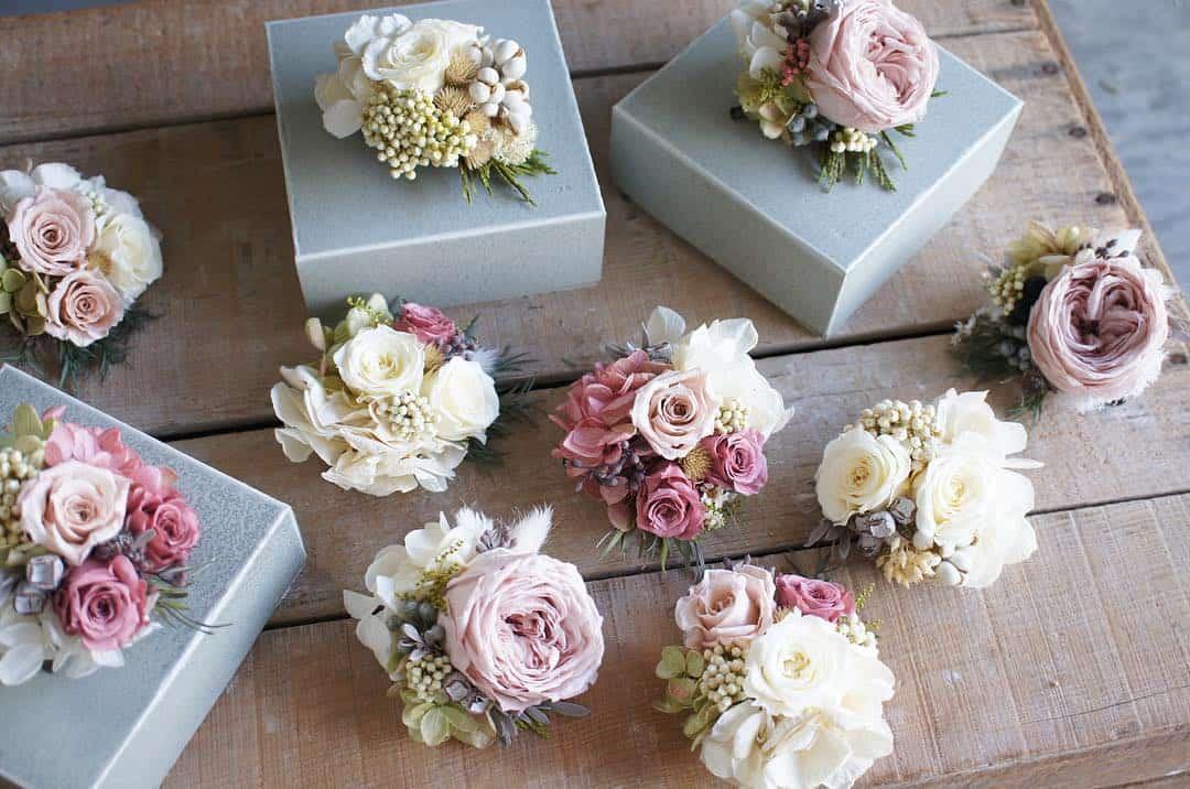結婚式お呼ばれ《コサージュのOK・NGマナー》付け位置や色の選び方をチェック*のカバー写真