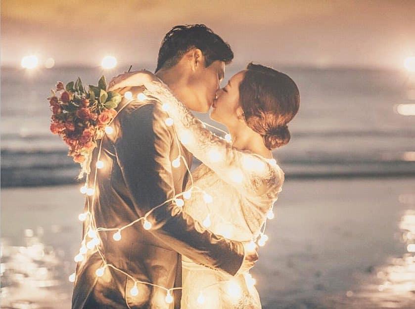ライトの魔法♡撮っておきたいロマンチックなウェディングフォト25選のカバー写真