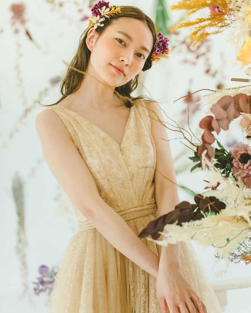 《くすみカラー》をテーマにしたウェディングが人気♡ドレス&高砂コーディネート10選*のカバー写真