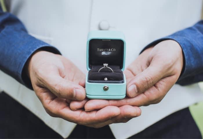 シンプルな婚約指輪を選ぶ5つのメリット!人気ブランド別に指輪をご紹介♡のカバー写真