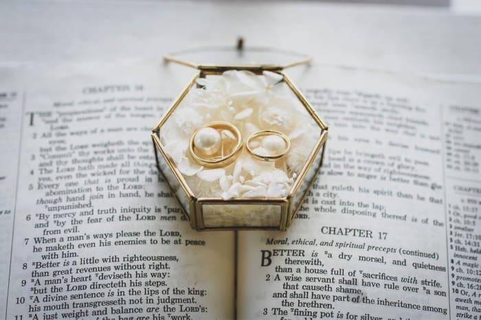 人とは違う結婚指輪を♡個性派夫婦ならニーシングがおすすめ!のカバー写真