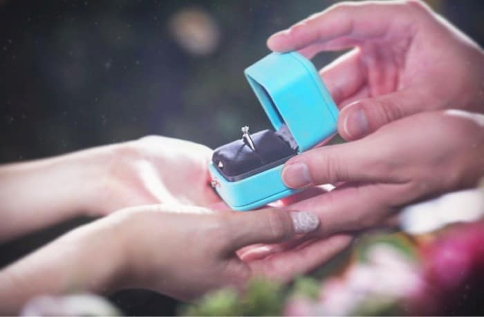 婚約指輪の渡し方アイディア総まとめ*失敗しないサプライズプロポーズ♡のカバー写真 0.6557142857142857