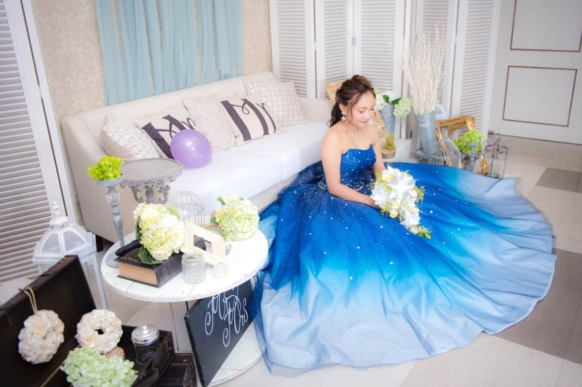 おしゃれ花嫁さんからの支持率高!青・ブルー系のカラードレス17選のカバー写真