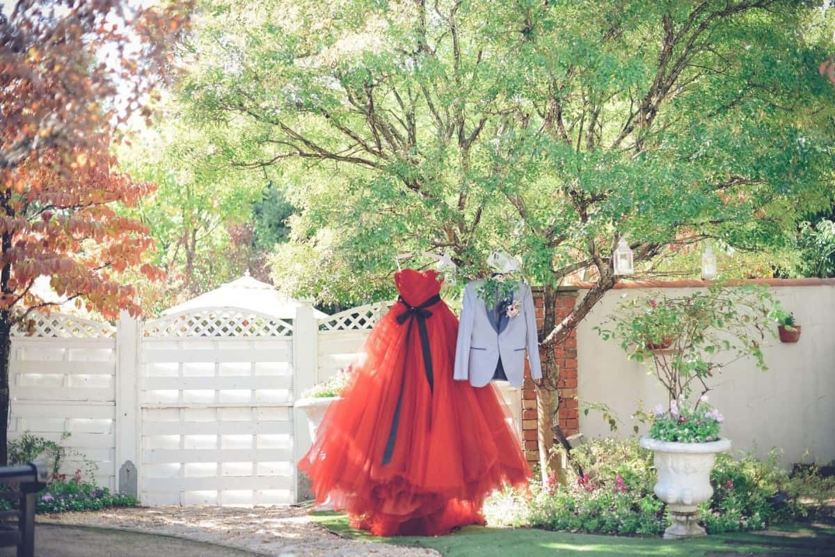 カラードレスは赤で決まり!実際に先輩花嫁たちが選んだドレスを画像で紹介♡のカバー写真