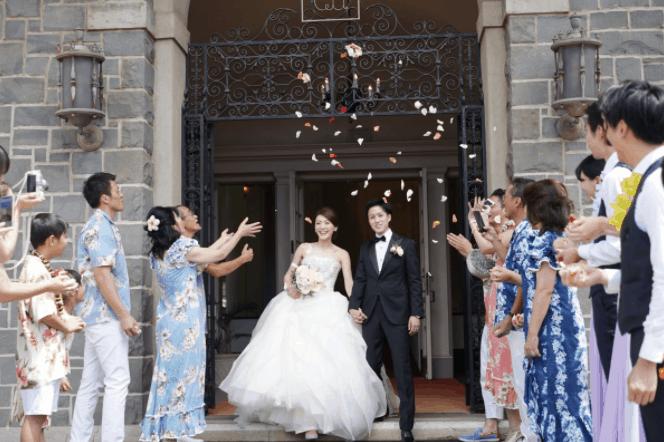 ハワイでの結婚式の服装は?ハワイ挙式の特徴やマナーも紹介♡のカバー写真
