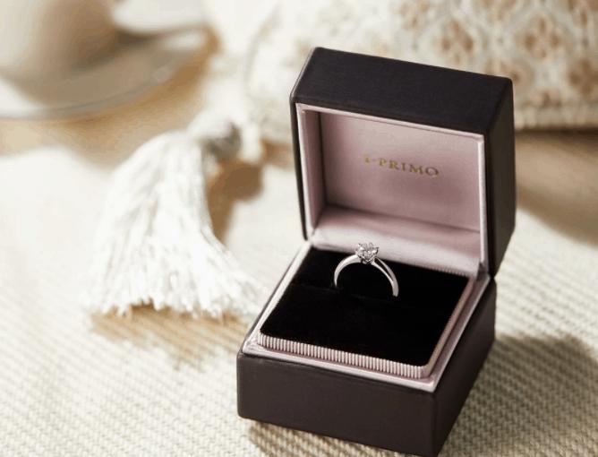 プロポーズには指輪が必須!?予算相場やおすすめブランドの婚約指輪32選のカバー写真