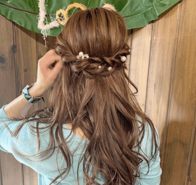 【ロングヘア向け】結婚式のお呼ばれにおすすめな髪型は?アレンジ方法も紹介のカバー写真