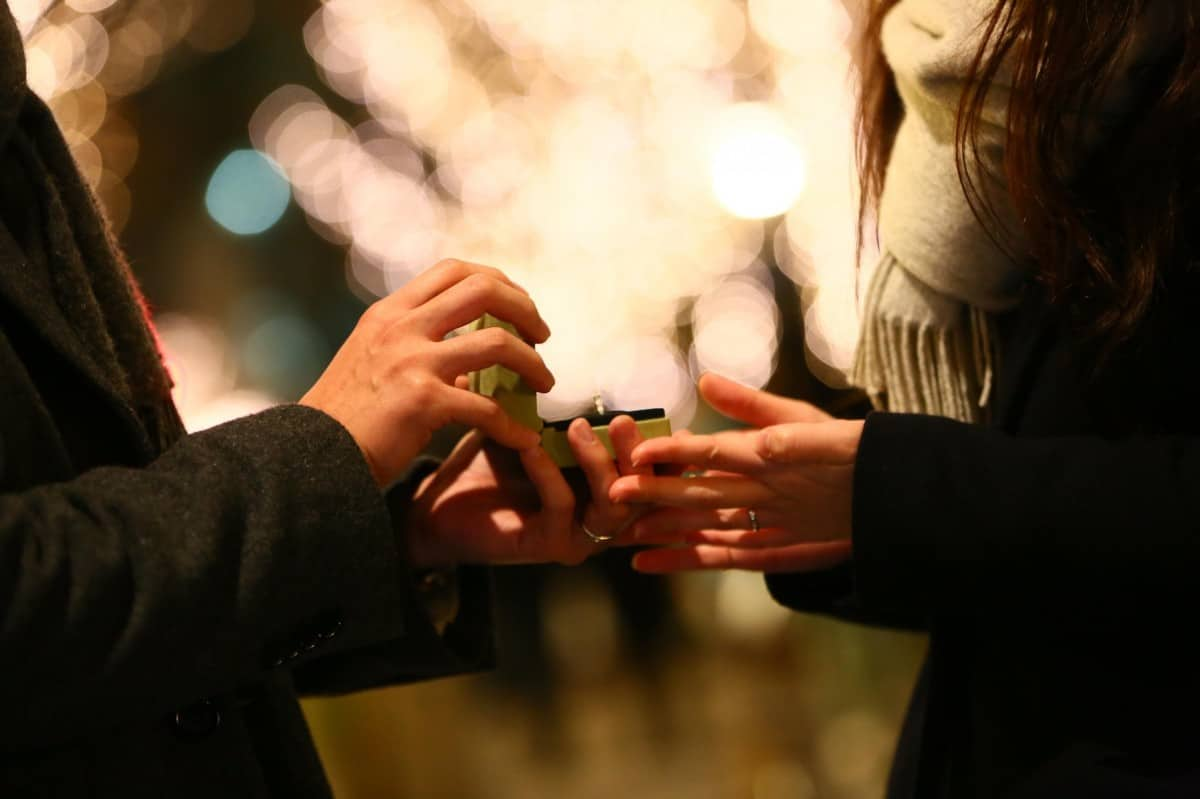 プロポーズから入籍まで期間1ヶ月は非常識?婚約の平均期間とプロポーズされたらするべきことのカバー写真